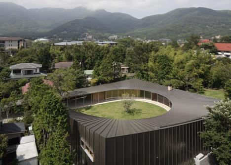 Villa-at-Sengokubara-by-Shigeru-Ban_dezeen_1